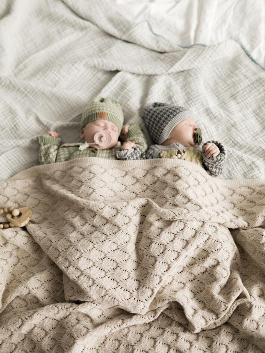 Вязаный плед для новорожденного