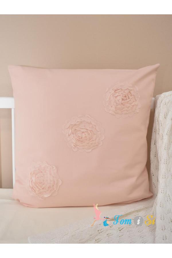 Декоративная подушка с ажурными цветами